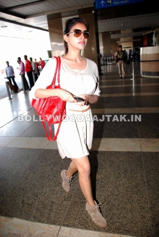 Asin Mumbai airport - Asin spotted at Mumbai airport