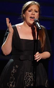 Adele cantando con vestido negro