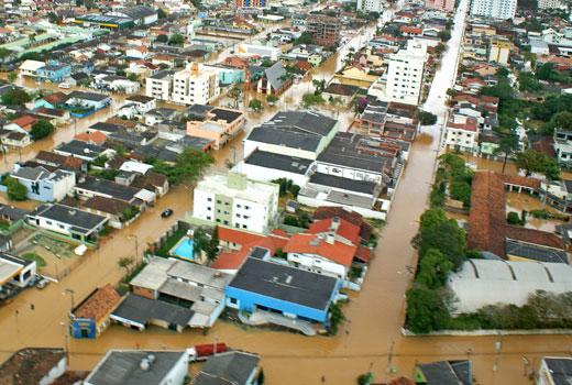 Brasil: QUASE 150 MIL PESSOAS DESALOJADAS PELAS CHEIAS EM SANTA CATARINA