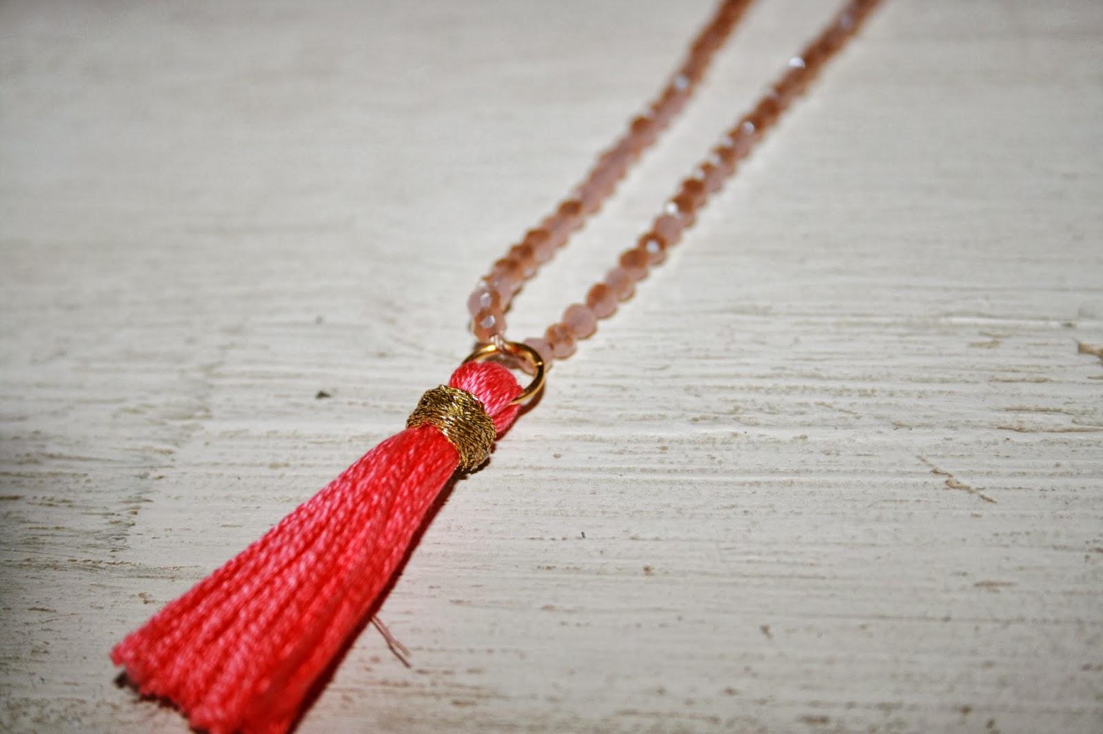 Le blog d 39 anastasia diy le collier pompon diy the - Chez pompon bordeaux ...