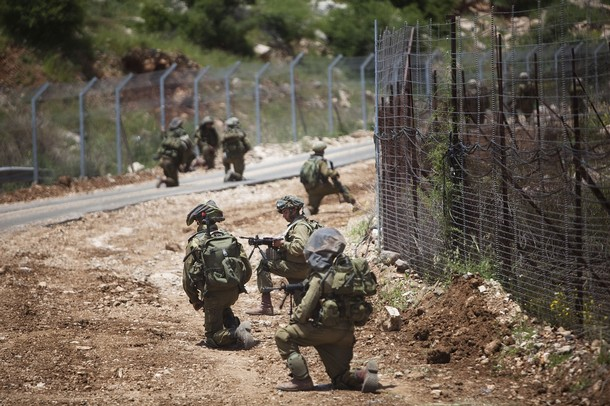 israël Israeli+soldiers+patrol+along+the+border+fence+between+the+Israeli-annexed+Golan+Heights+and+Syria+next+to+the+Druze+village+of+Majdal+Shams+%252812%2529