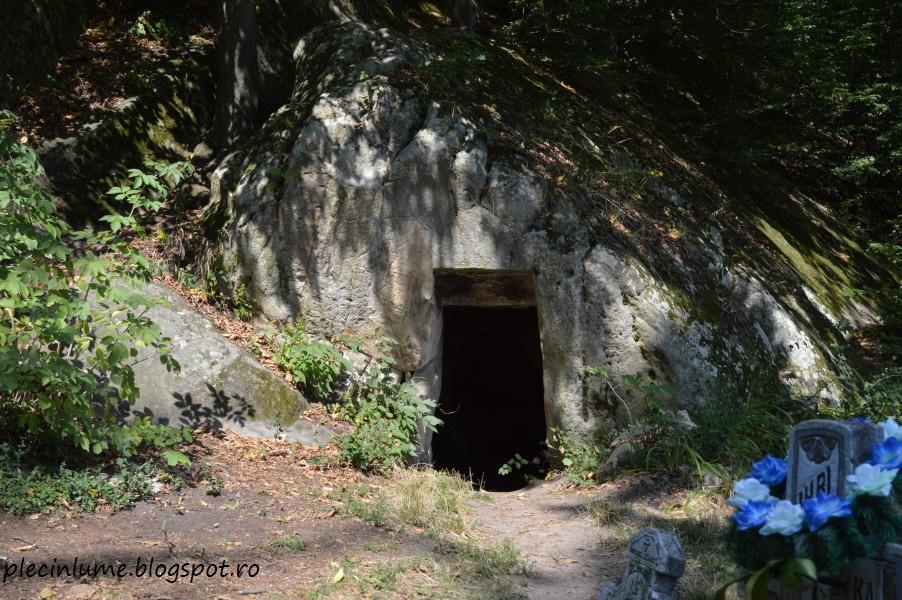 Chilie langa biserica rupestra din Alunis