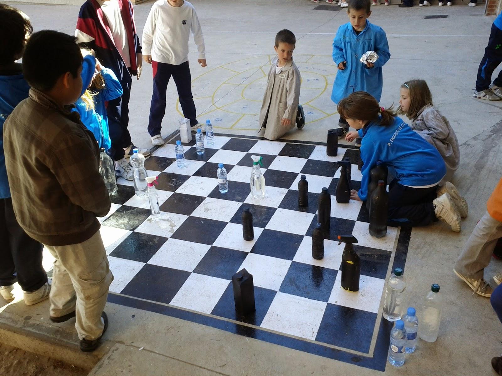 Escuela de ajedrez enrique y teresa del colegio padre for Ajedrez gigante para jardin