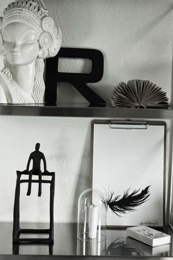 clipboard, clipboards, tavla, tavlor, artprint, artprints, print, prints, konsttryck, konsttrycken, svart fjäder, fjädern, fjädrar, svarta, svart och vitt, svartvita tavlor, detaljer, vikt bok, house doctor, hylla ikea,