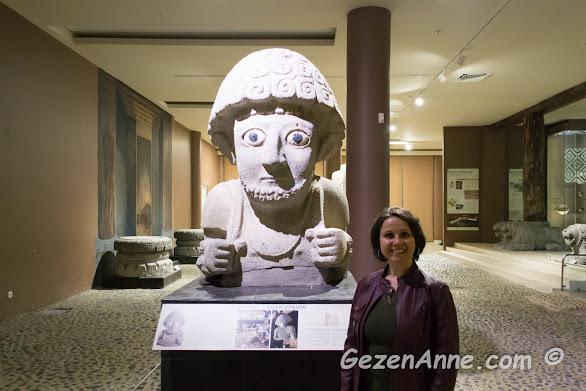 arkasında kitabe bulunan Hatay'ın simge heykellerinden, arkeoloji müzesi