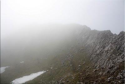 Cresterio final de Aratz asomando entre la niebla