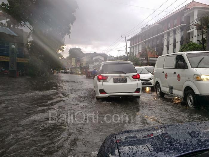 Photos: Flooding in Denpasar Bali during the rainy season , in December 2014