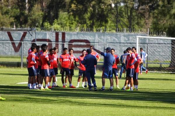 Chepo junto a sus jugadores en la primera práctica de Chivas.