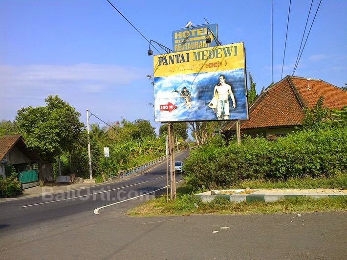 Signs that directed toward Medewi beach.