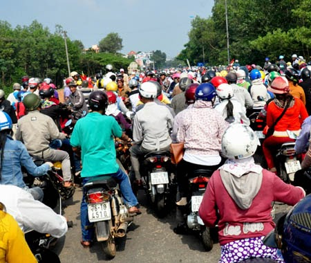 Dân chặn đường phản đối doanh nghiệp, quốc lộ 1A tắc nghẽn