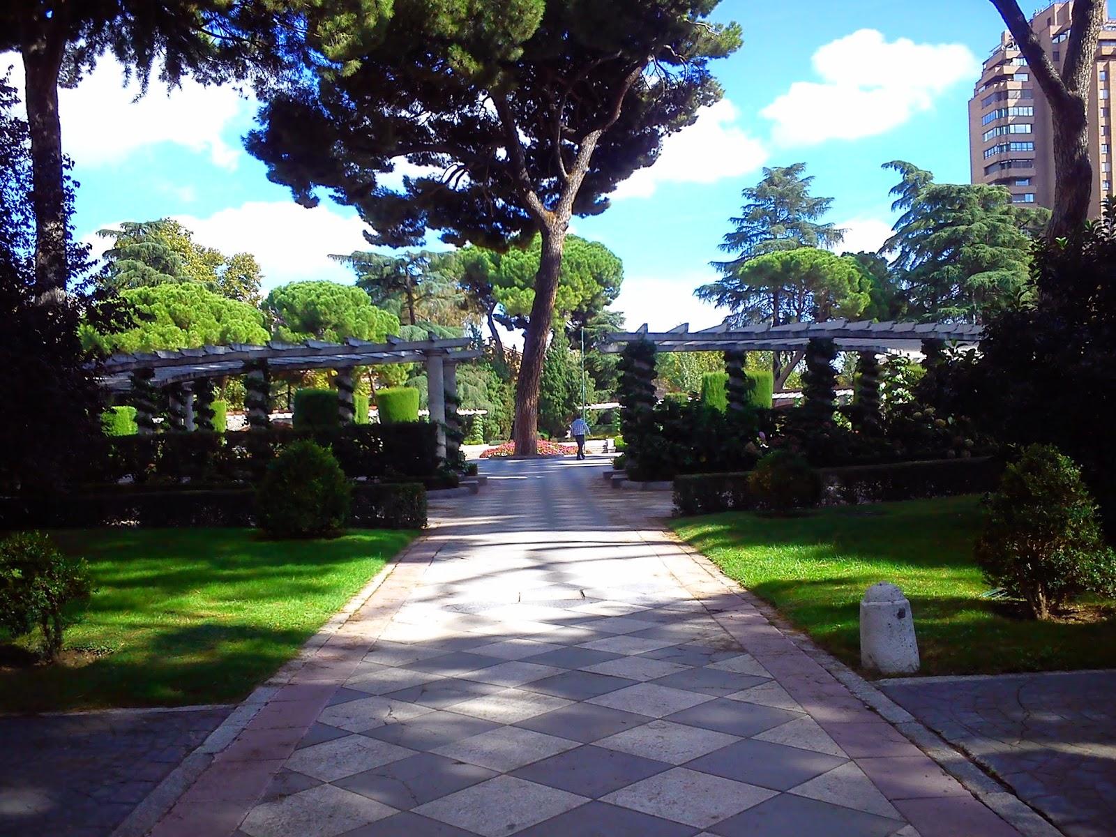 Por la calle de alcal jardines de cecilio rodr guez y for Calle jardines madrid
