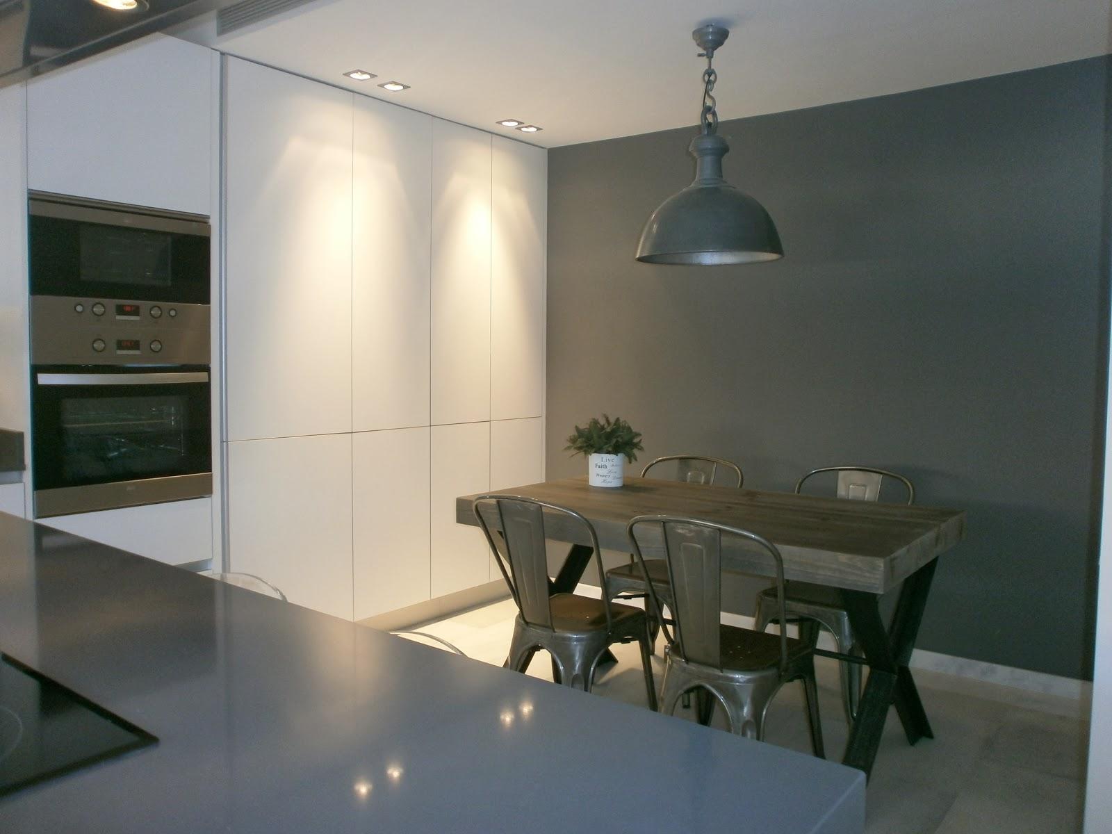 Encantadora cocina blanca independiente con isla y office for Cocina blanca y gris