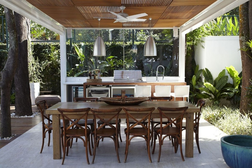 Terrace table in The Morumbi Residence by Drucker Arquitetura
