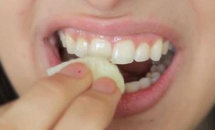 Cómo-blanquear-los-dientes-en-casa-en-tan-sólo-2-minutos-con-estas-recetas-fáciles-Naturales