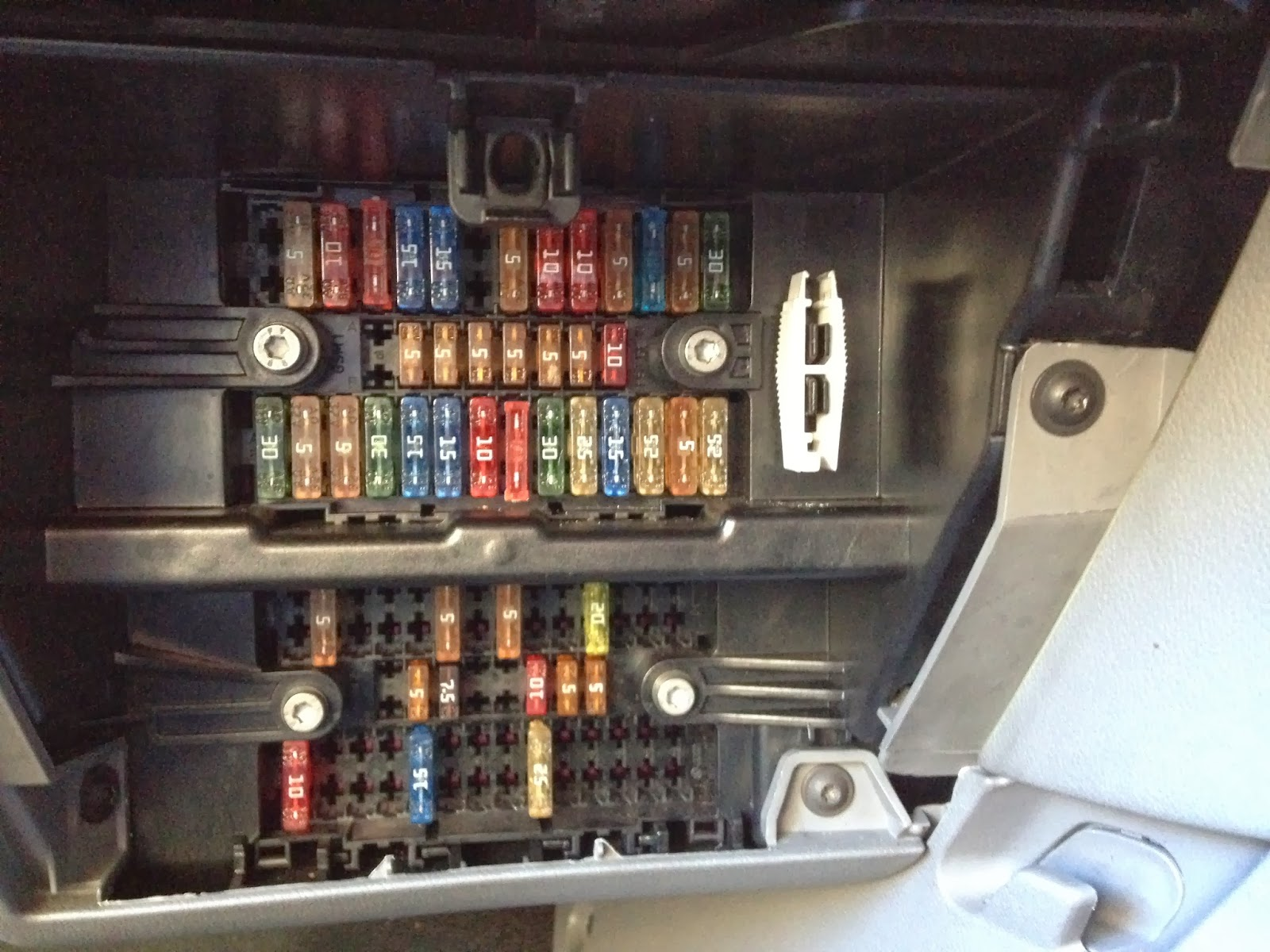 Fuse Box Wiring Diagram on 2002 vw beetle fuse box diagram