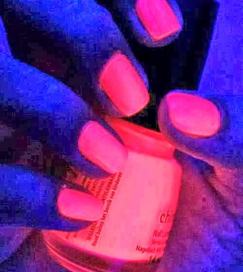 UÑAS NEÓN - NEÓN PINK NAILS - DECORACIÓN DE UÑAS ROSA NEÓN vía http://xn--uasmanosypies-ikb.blogspot.com/2014/03/unas-neon-neon-pink-nails-decoracion-de.html