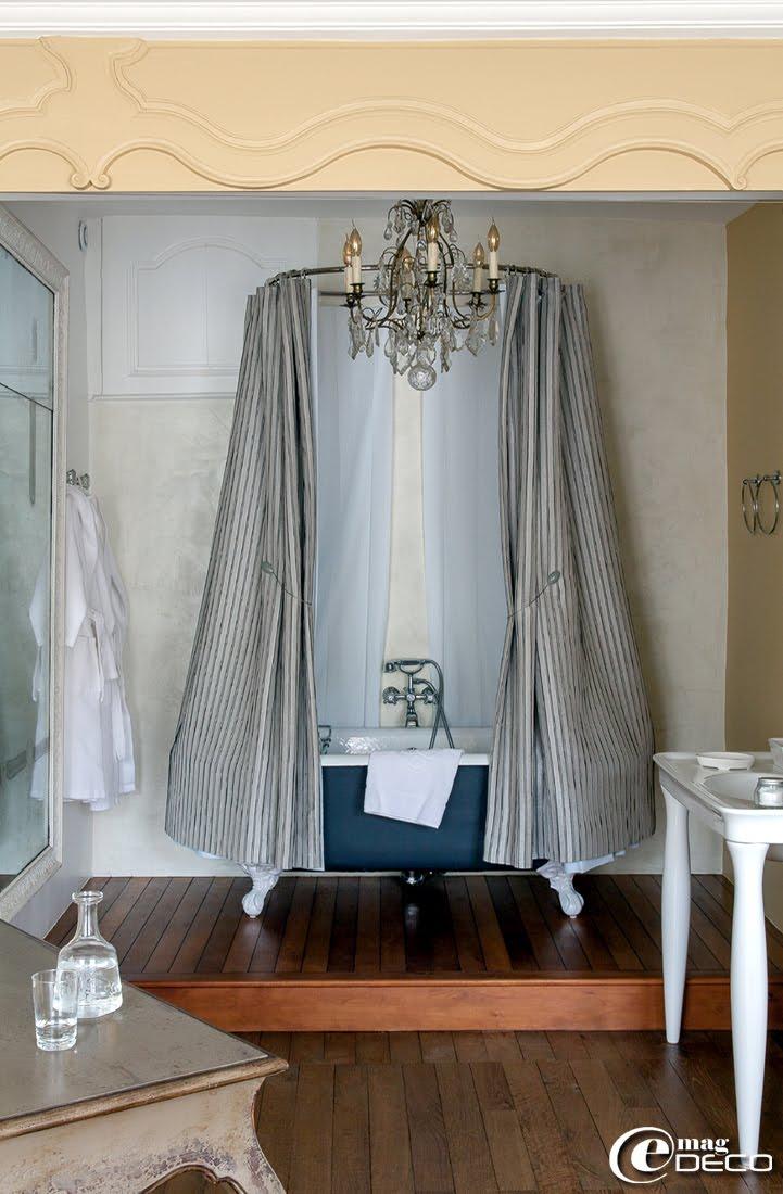 Dans une alcôve de l'Hôtel de Suhard, une baignoire sur pieds 'Hydropolis' surmonté d'un dais 'Le Bain Rose'