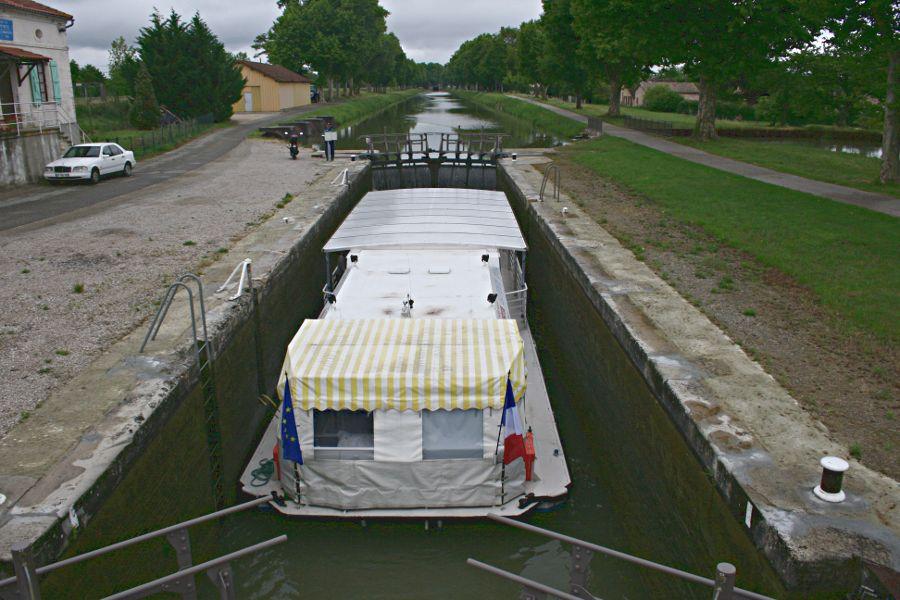 bateau mouche in lock