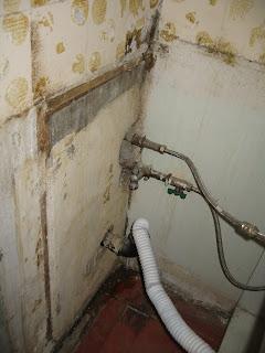перегородка между кухней и туалетом, соединение сантехники - со стороны кухни