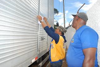 Caminhão com donativos é lacrado pela Defesa Civil antes da pesagem