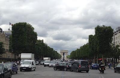 El Arco de Triunfo ha sido el escenario de grandes desfiles militares y de las ceremonias más solemnes del Estado Francés. bajo el arco se instaló, en 1920, la Tumba del Soldado Desconocido.