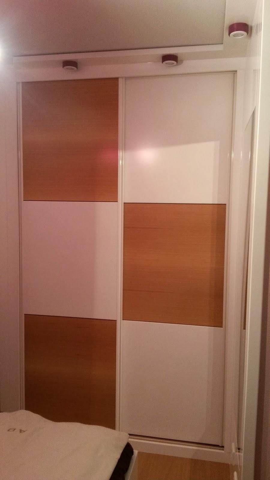 Muebles a medida armario empotrado corredera lacado combinado con luces - Luces para armarios ...