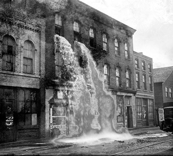 Нелегальный алкоголь выливается из здания во время сухого закона, Детройт, 1929 г.