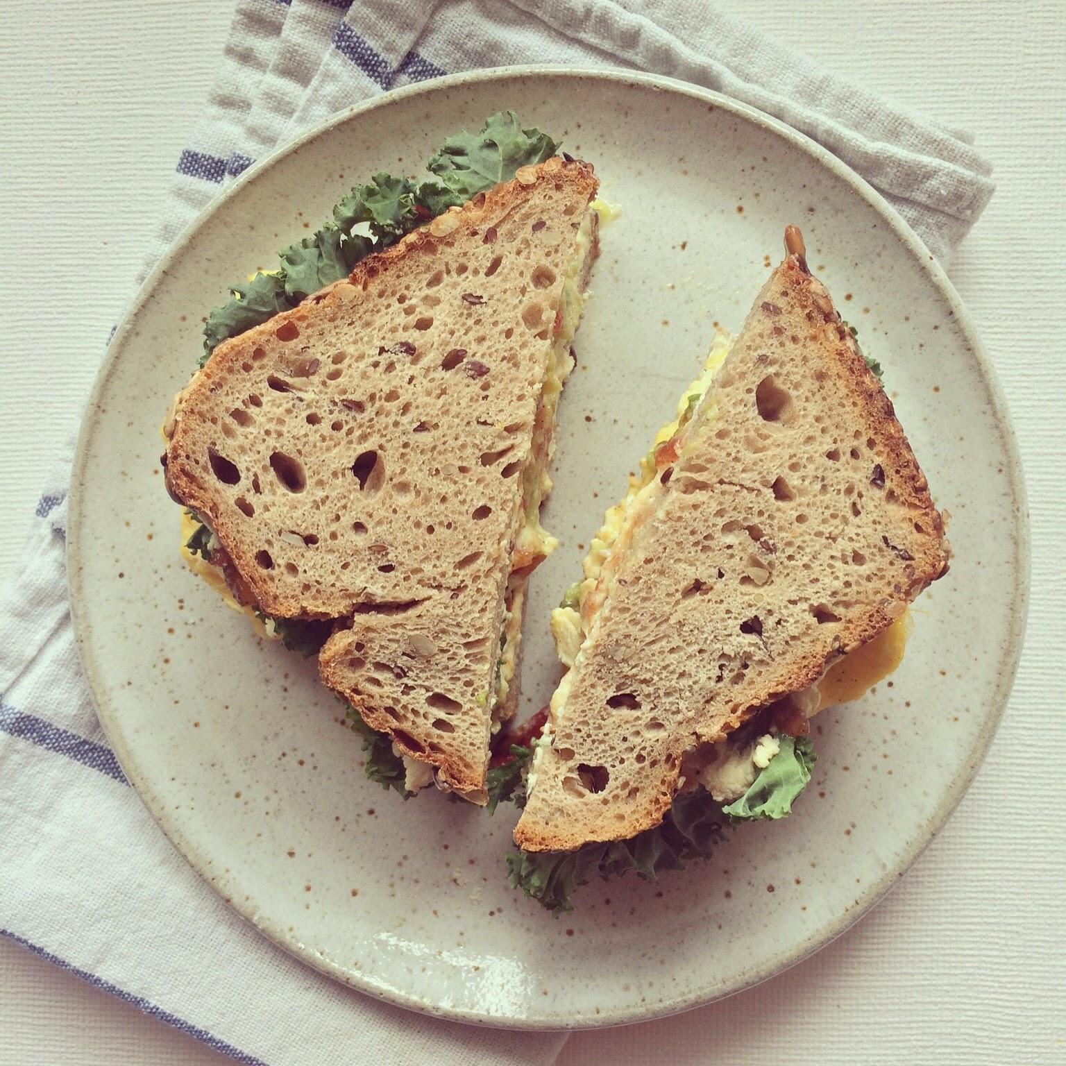 sandwich oeufs brouillés avocat