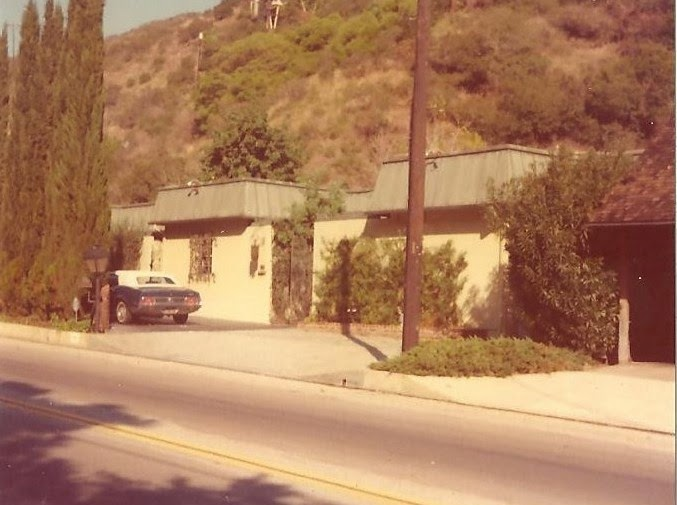The Sharon Tate House 10050 Cielo Drive S Living Room As It Eared In