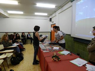 El president i la vocal de cultura entreguen el premi a millor logo a Andrea Oliva