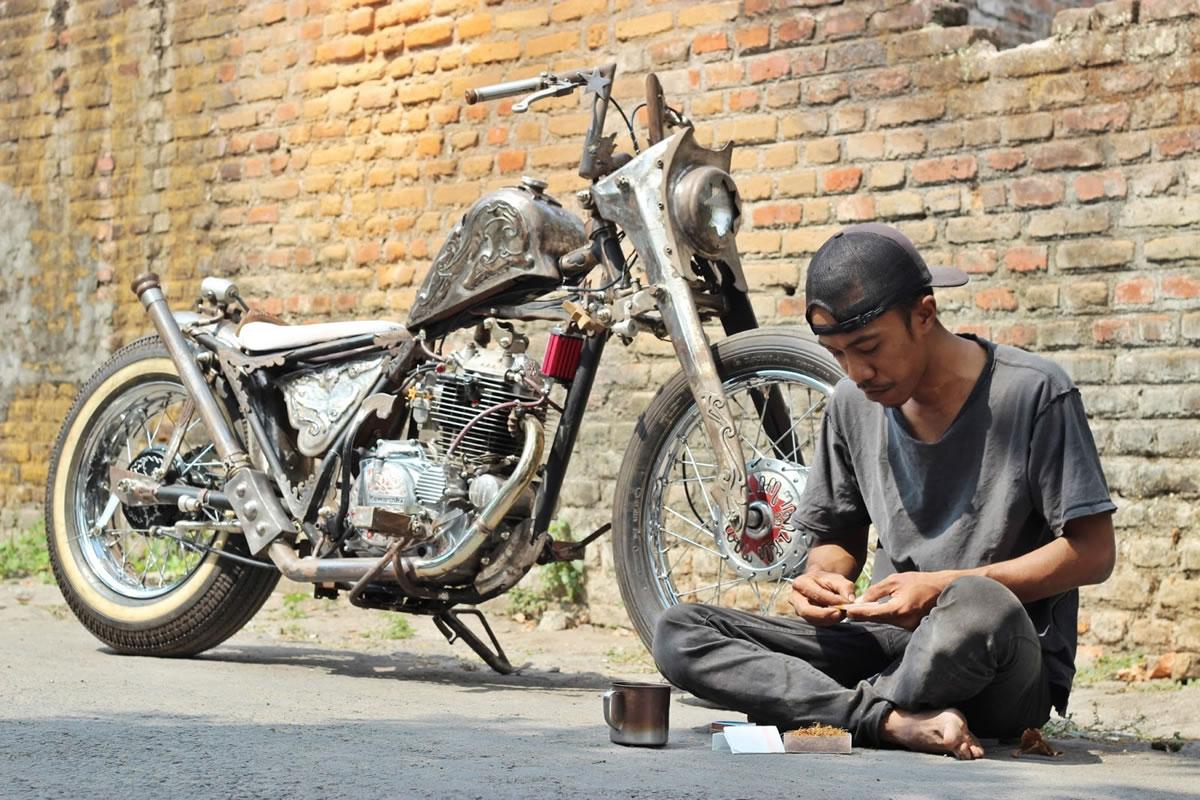 kawasaki kz200 bobber on the street with ariez