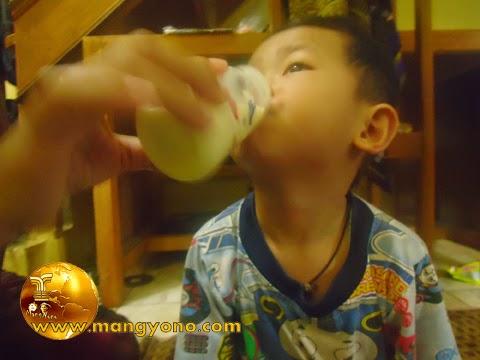 Makanan yang tidak boleh diberikan pada balita. Foto Gigin minum susu kacang.