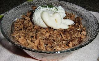 Салат-коктейль с тунцом и яйцом пашот