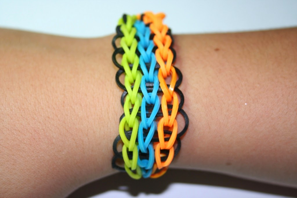 Cómo hacer un brazalete o una pulsera triple simple
