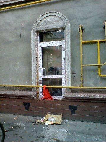 Дверь и труба