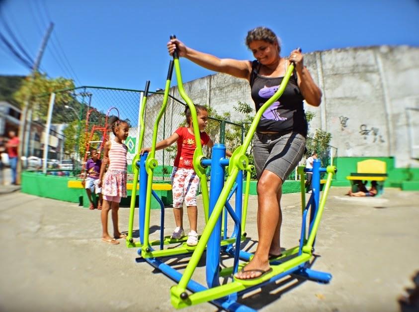 Crianças e adultos experimentam os equipamentos de ginástica, no Meudon