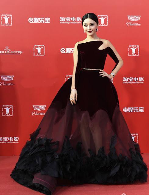 Người đẹp chọn màu son trầm khi diện bộ đầm nhung của Stephane Rolland.