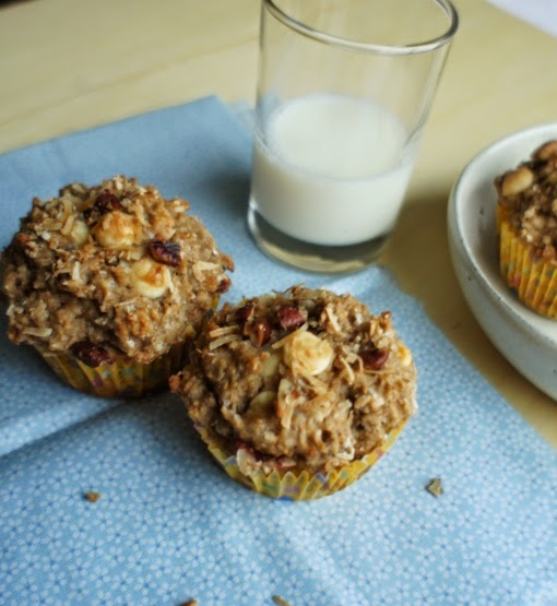 muffin integral com coco queimado, pecãs e chocolate branco
