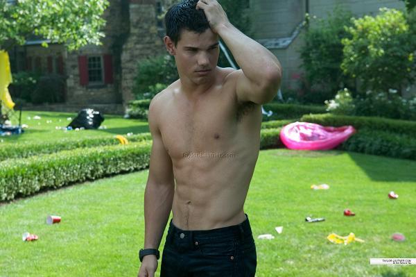 Y de nuevo Taylor Lautner sin camiseta. Servidas, chicas