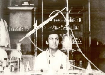 Luis R. Domingo in his laboratory in 1976