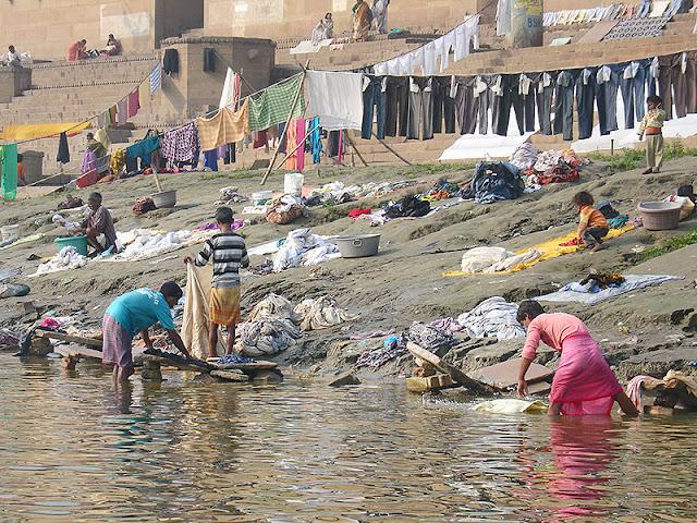 Indiens qui font la lessive sur les rives du Gange