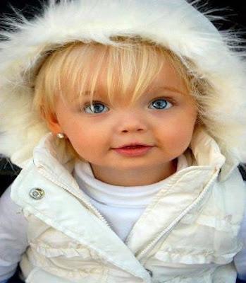 fille qui ressemble fort à une poupée