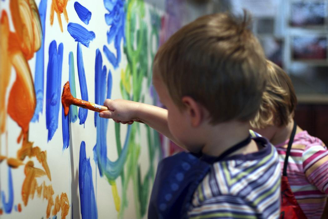 Первичная социальная интеракция определяется как способность ребенка находиться в окружении сверстников
