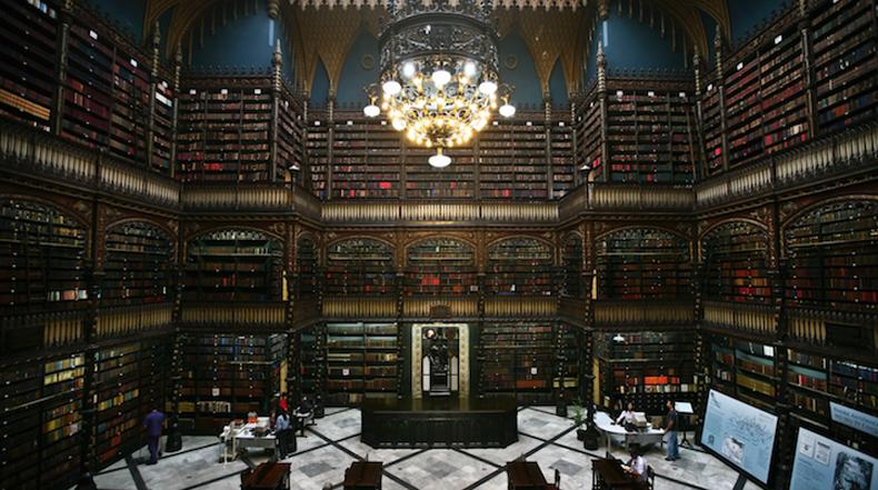 Magníficos estantes de biblioteca del siglo 19 portan 350000 libros