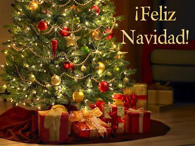 Arbol de navidad con regalos debajo