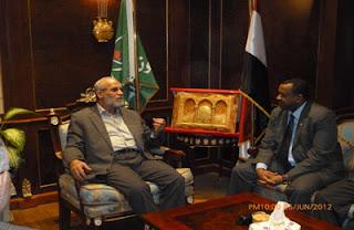 مرشد الأخوان يقابل سفير السودان رسميا بمكتبه
