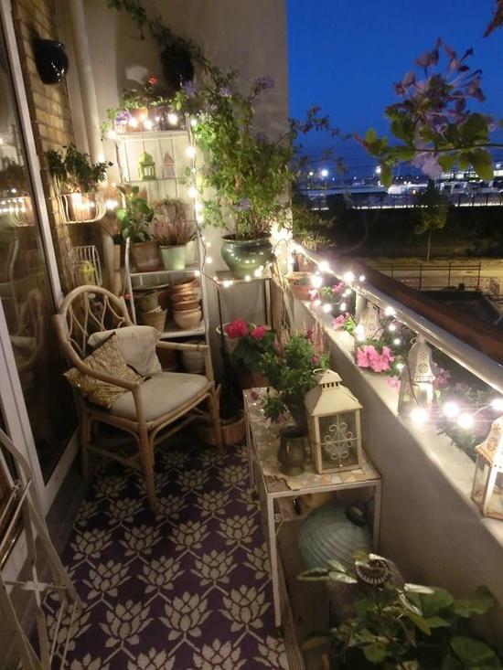 балкон с ночной подсветкой и цветами