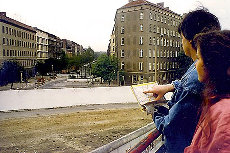Im Frühjahr 1987 nimmt Michael Winkler an einer Berliner Bibelwoche in Weißensee (Ost) teil. Die westdeutsche Gruppe übernachtet jedoch im Wedding (West). Hier blickt der Wittener (mit Inga Schulze-Steinen) von einer Plattform an der Bernauer Straße über die Mauer in die Eberswalder Straße in die Haupstadt der DDR. (Foto: Ulli Sassenberg)