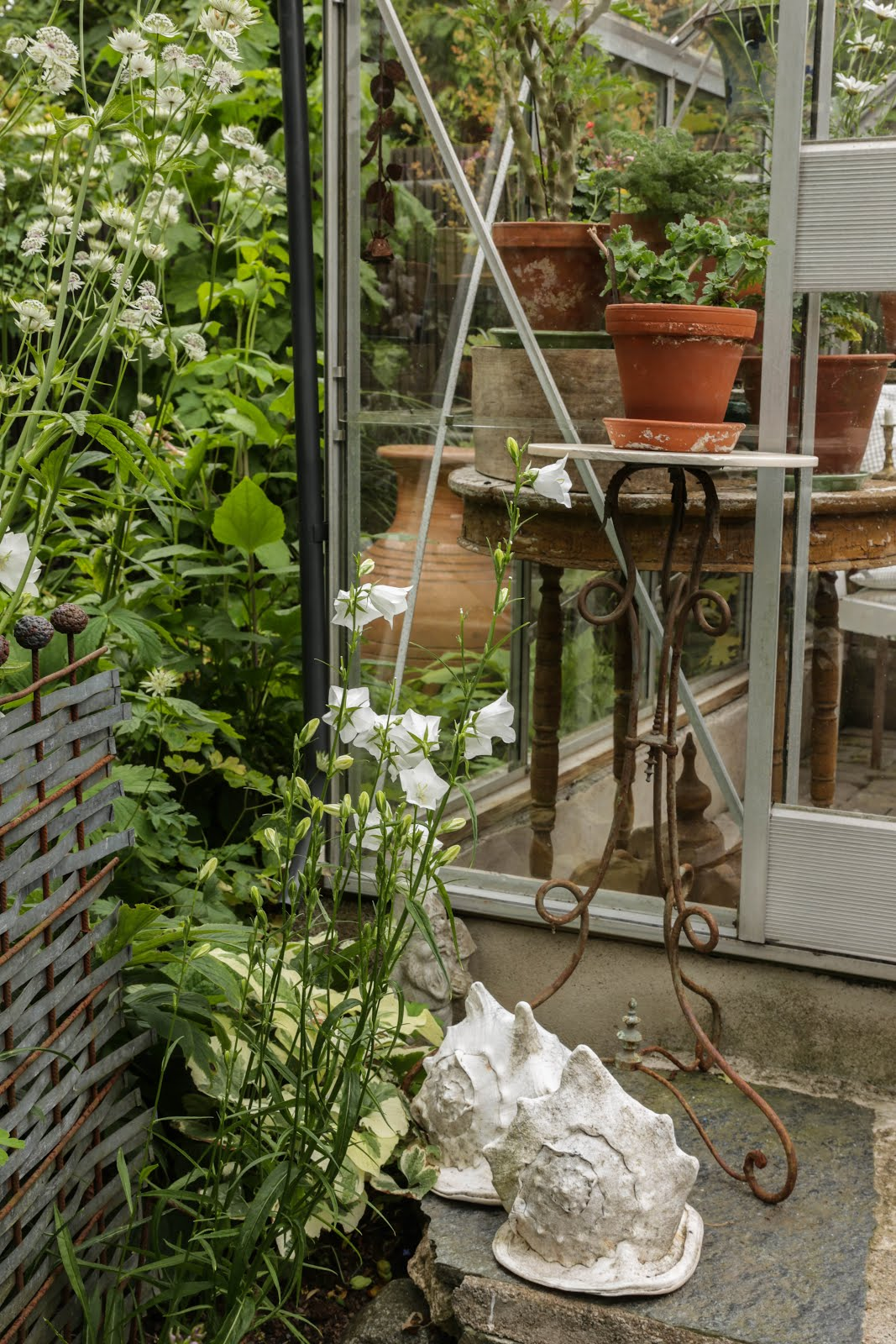 Utanför växthuset.