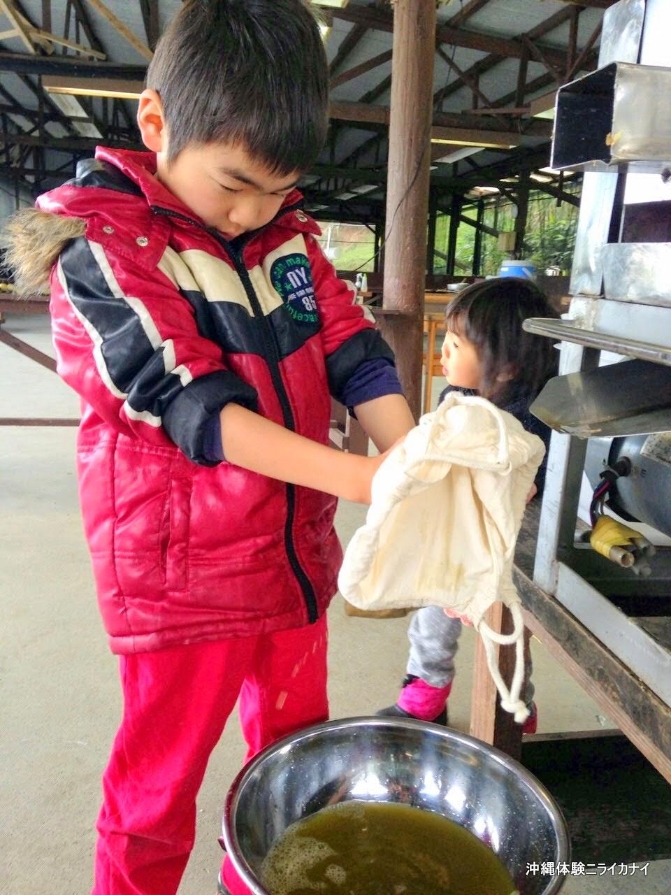 沖縄体験ニライカナイ~恩納村の体験/観光ブログ~サトウキビ刈りと黒糖作り